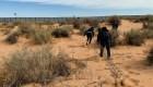 """CNN graba a """"coyotes"""" cuando cruzan migrantes a EE.UU."""