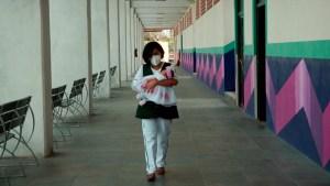 La enfermera que atiende a niños en pandemia