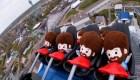 Muñecos pasean en una montaña rusa