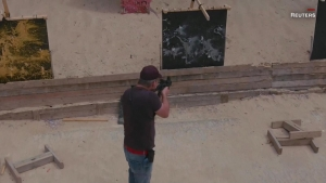 Exfrancotirador crea arte disparando armas de guerra