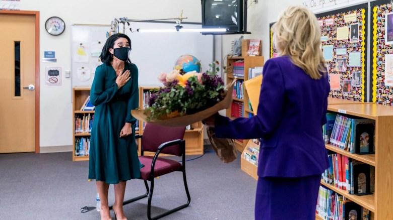 Jill Biden reconoce a maestra hispana