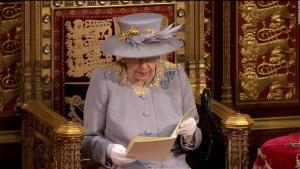 Reina Isabel II aparece en acto público