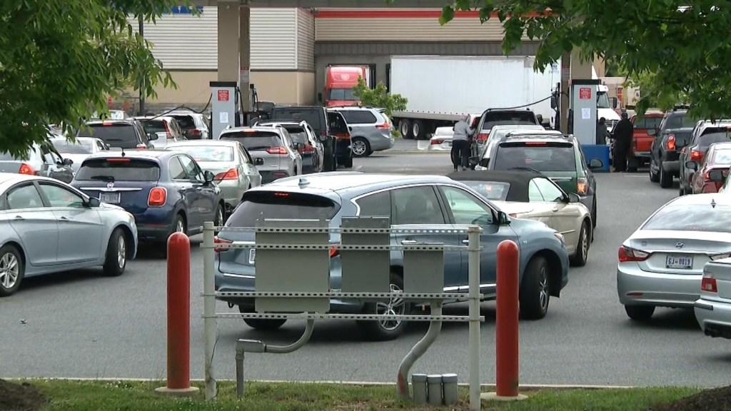 Las largas filas para comprar combustible en EE.UU.