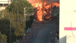 El momento en que Israel destruye otro edificio en Gaza