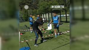 Divertido boxeo entre Lautaro Martínez y Antonio Conte