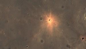 Descubren un cráter brillante en la superficie de Marte