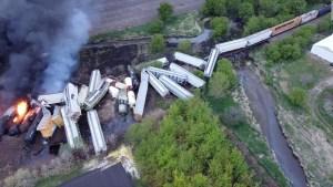 Retirarán vagones de tren descarrilado en EE.UU.