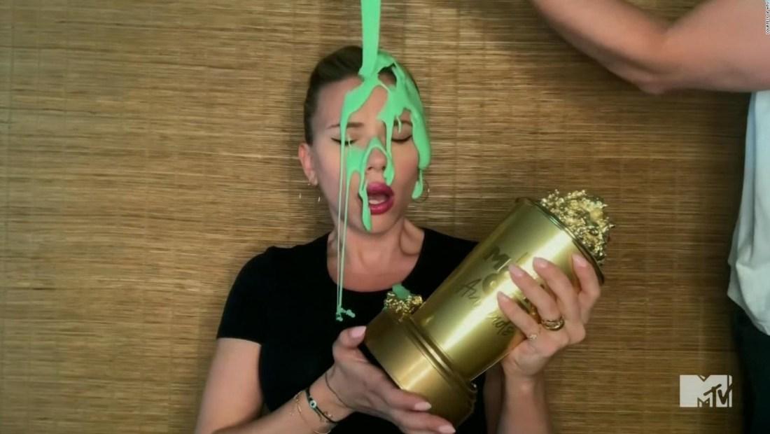 Scarlett Johanson es bañada en slime durante los MTV Movie & TV Awards