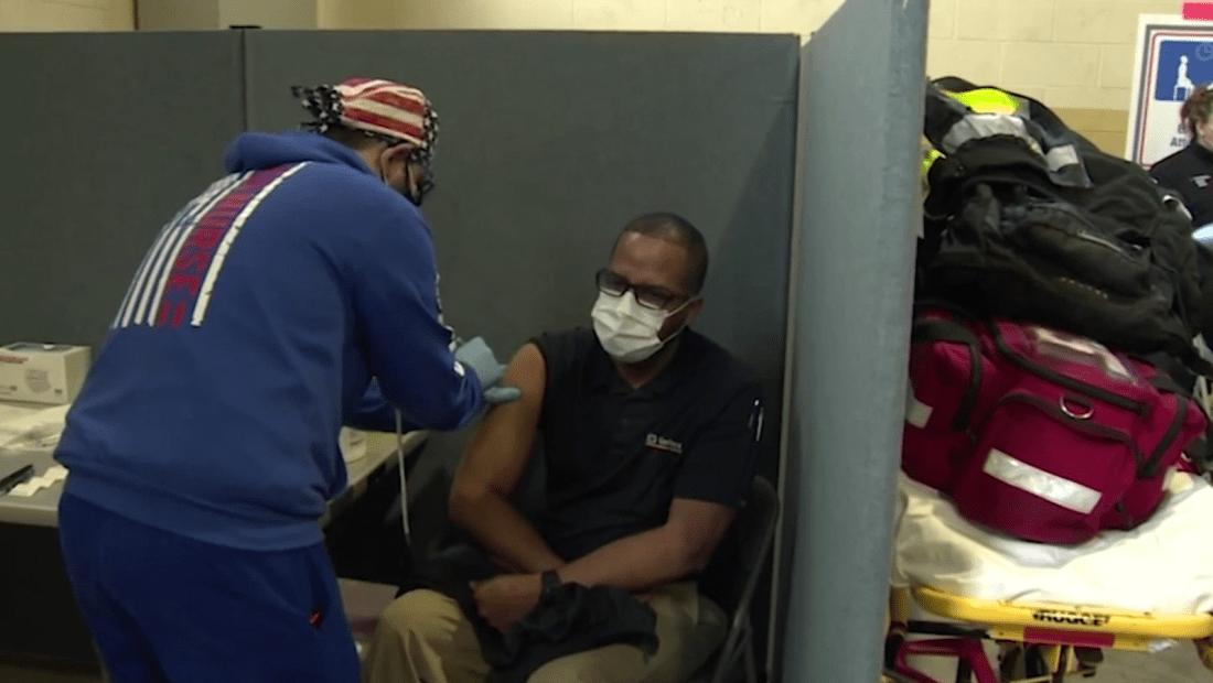 Familia viaja desde México a EE.UU. para vacunarse