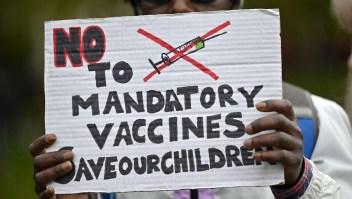 Viven en un mundo alterno, dice experto sobre antivacunas