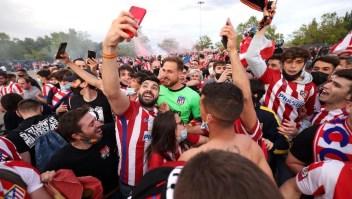 Hinchas del Atlético de Madrid celebran eufóricamente el campeonato
