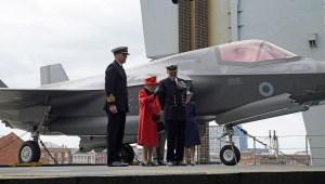 Reina Isabel II visita buque más grande del Reino Unido
