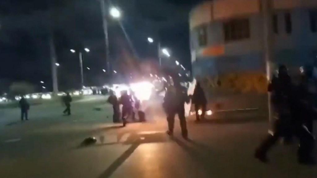 Imágenes fuertes: bomba molotov hiere a policía en Colombia