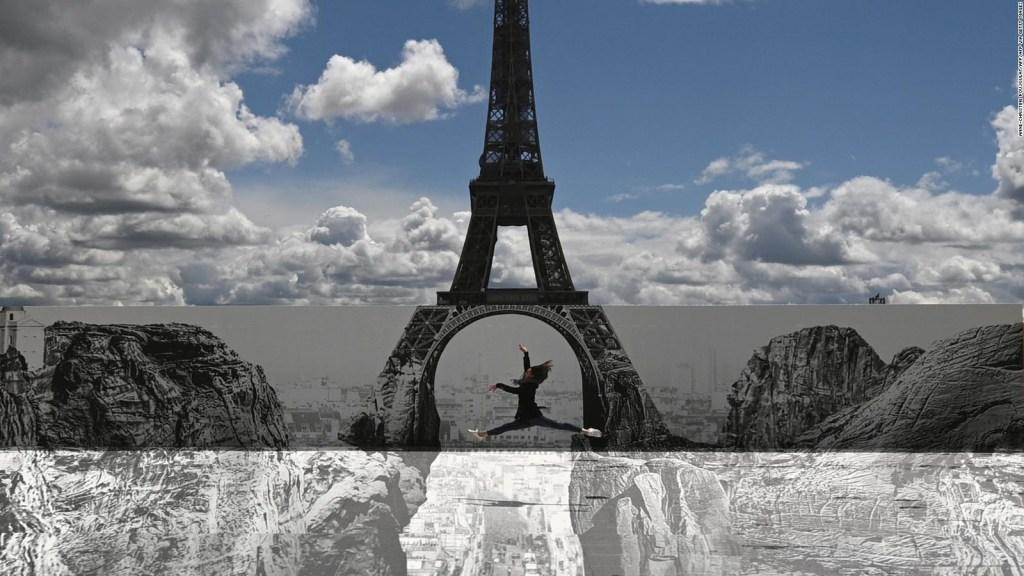 Mira la torre Eiffel flotar sobre acantilados