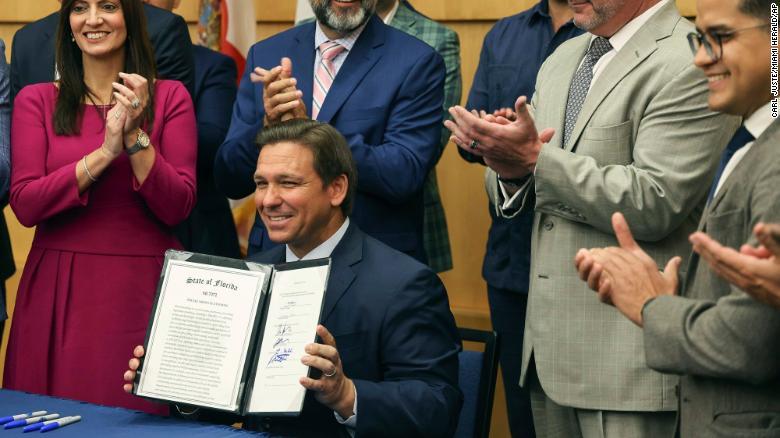Gobernador de Florida firma proyecto de ley contra censura en redes