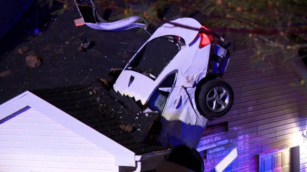 Automóvil se estrella contra el techo de una casa