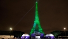 La torre Eiffel se ilumina de verde para campaña ecológica