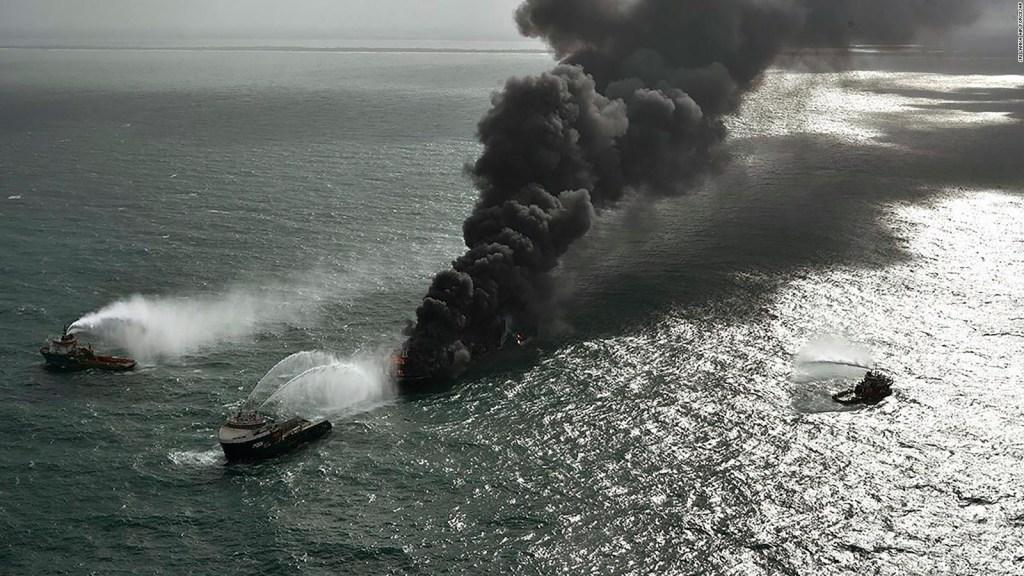 Un buque carguero está en llamas hace días