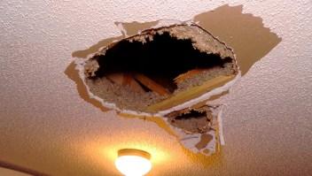 Trozo de hielo de cinco kilos cae del techo de una casa