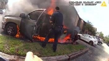 En video: policías salvan a un hombre del fuegoen Texas