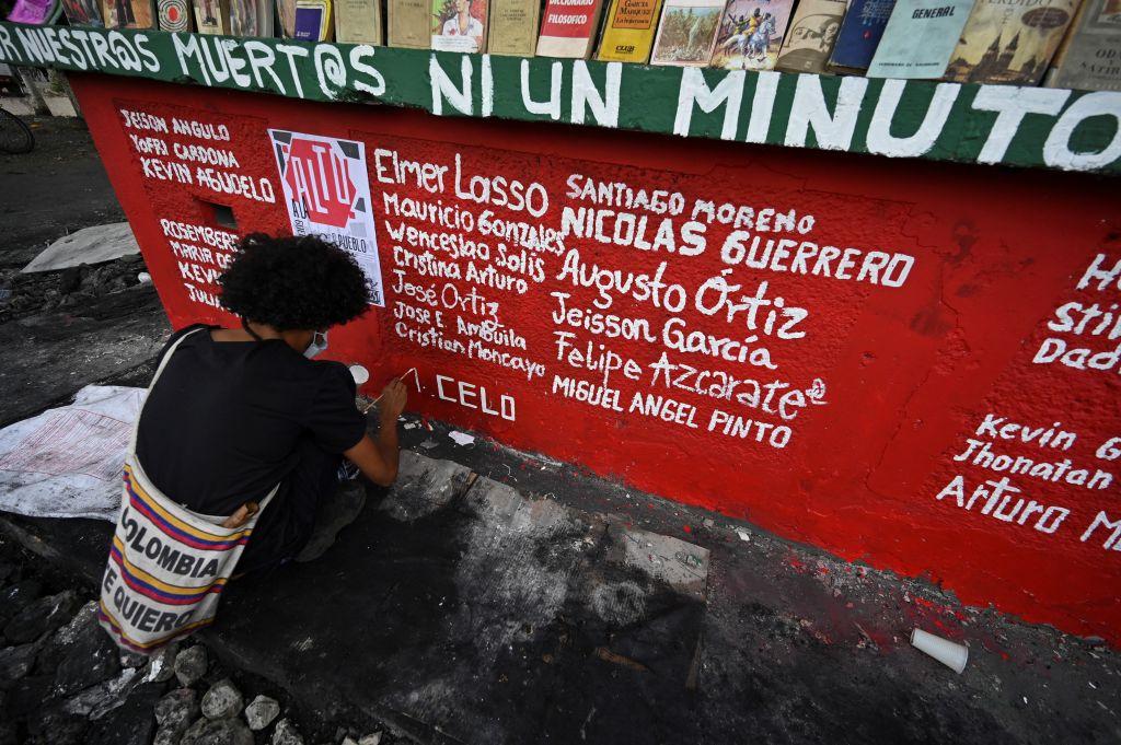 Artista en Cali escribe nombres de fallecidos en protestas
