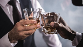 Beber cualquier cantidad de alcohol causa daño al cerebro
