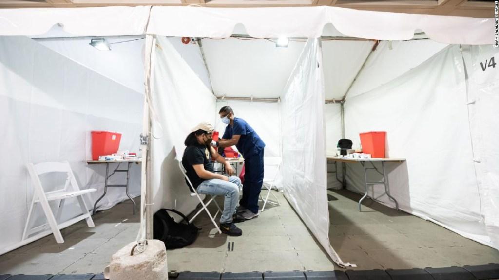 Un estudio encuentra que la mayoría de los casos graves de covid-19 tuvieron síntomas a largo plazo, mientras funcionarios se apresuran en la vacunación