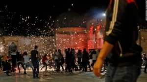 Palestinos y policía israelí chocan