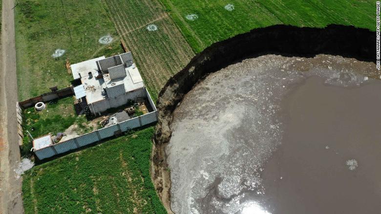 Socavón en Puebla de 60 metros de diámetro amenaza con tragarse casa