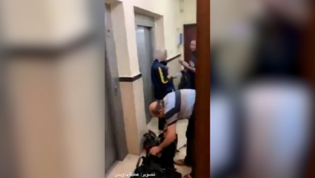 Mira a periodistas en Gaza evacuar edificio antes del ataque aéreo israelí