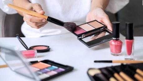 Hallan sustancias potencialmente tóxicas en cosméticos