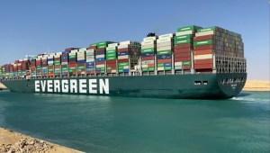 Empresas aún tienen mercancía varada en el canal de Suez