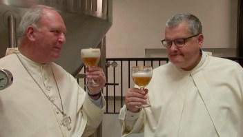 Monjes elaboran cerveza en vieja fábrica belga