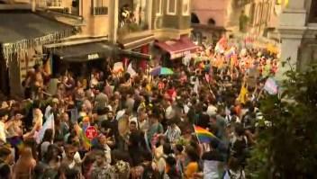 Policías uniformados y desfiles del orgullo LGBTQ