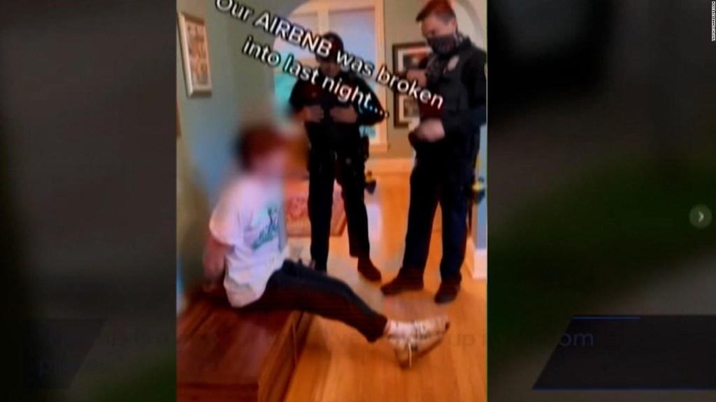 Policías dicen que joven ebrio invadió su Airbnb