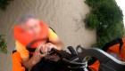 Rescate aéreo de hombre atrapado en un puente inundado