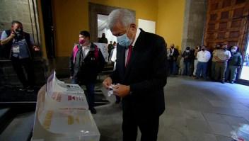 López Obrador emitió su voto usando mascarilla