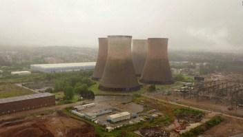 Así son demolidas cuatro torres de energía eléctrica