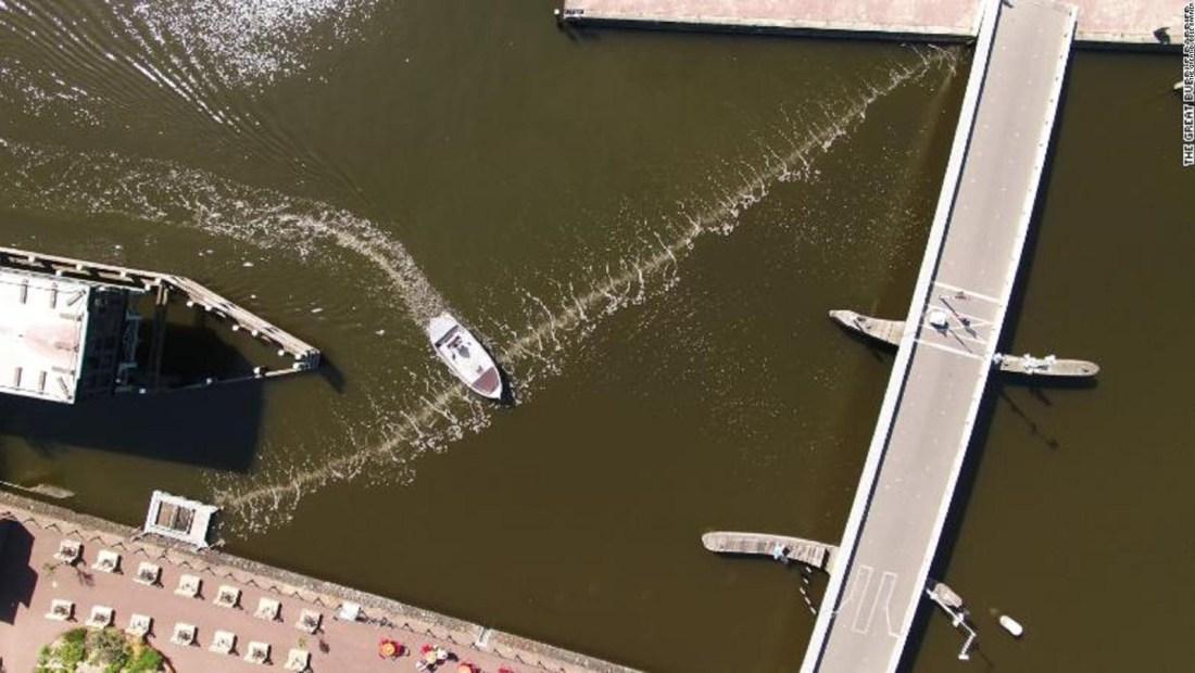 Barrera de burbujas frena basura en canal de Ámsterdam