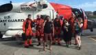 Rescatan un grupo a la deriva en un flotador