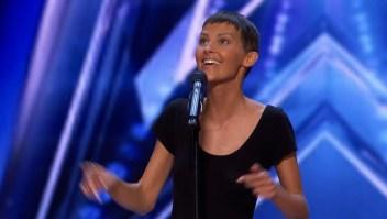 Cantante con cáncer recibe botón dorado por su canción