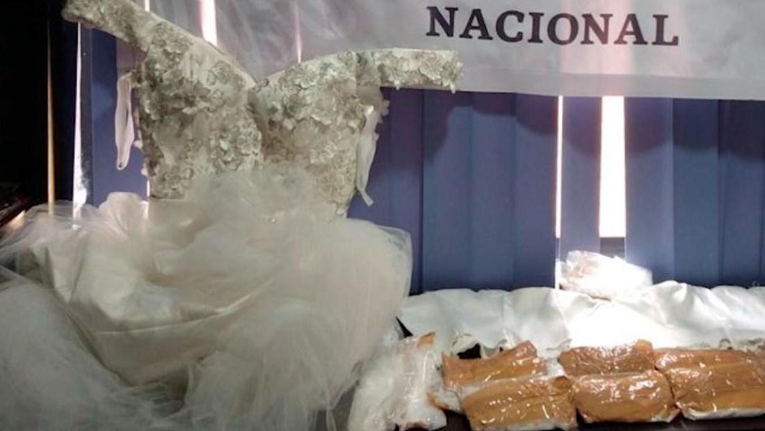 Encuentran droga escondida en un vestido de novia