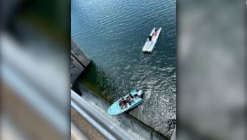 Video: rescatan bote que quedó colgando de represa