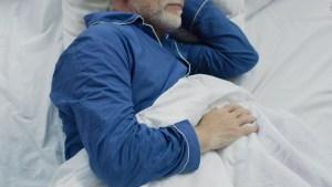 Dormir poco o mal podría causar demencia