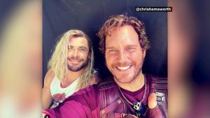 Hemsworth felicita a Evans pero pone una foto de Pratt