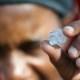 Buscan fortuna tras hallazgo de piedras en Sudáfrica