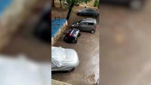 """De película: socavón se """"traga"""" un auto en Mumbai"""