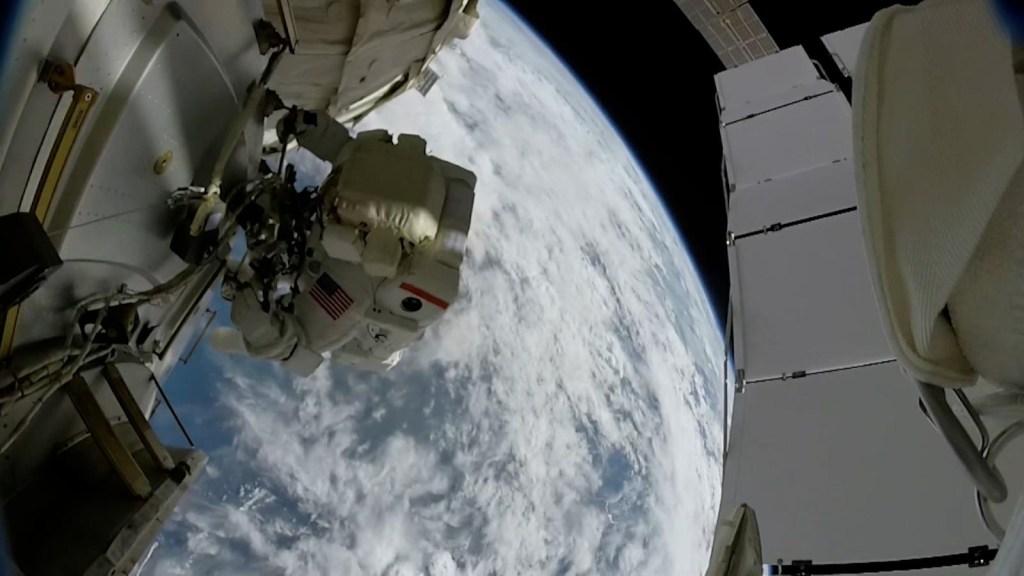 Astronautas instalarán paneles solares en la EEI