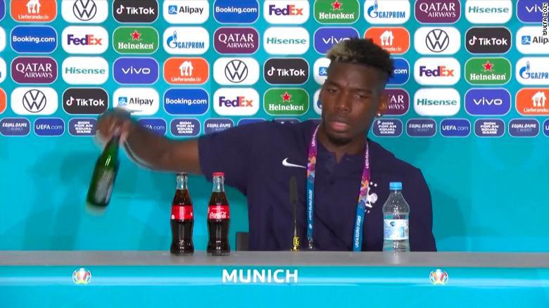 Paul Pogba sigue el ejemplo de Cristiano Ronaldo y retira bebida