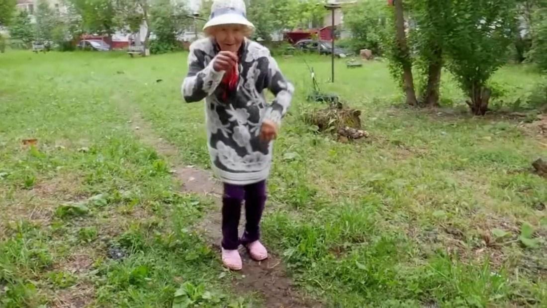 Tiene 82 años y es una celebridad en una ciudad rusa